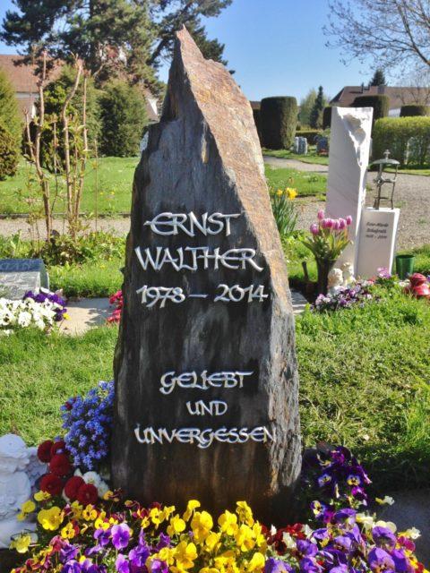 Naturbelassener Grabstein aus Schiefer mit Edelstahlschrift
