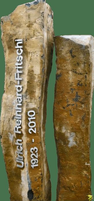 Naturbelassener Grabstein aus zwei Basaltsäulen mit einer Edelstahlschrift