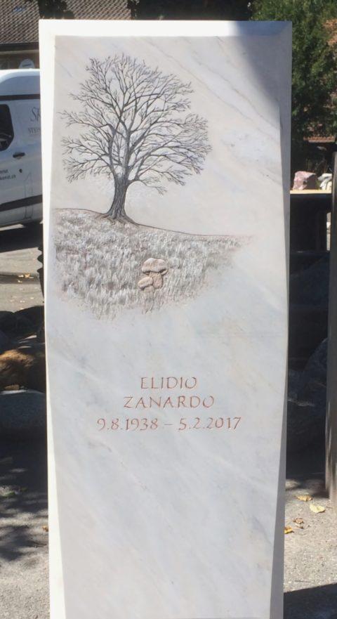 Grabstein aus Crevola Bluette Marmor mit einem Flachrelief eines herbstlichen Baumes und einer Pilzgruppe