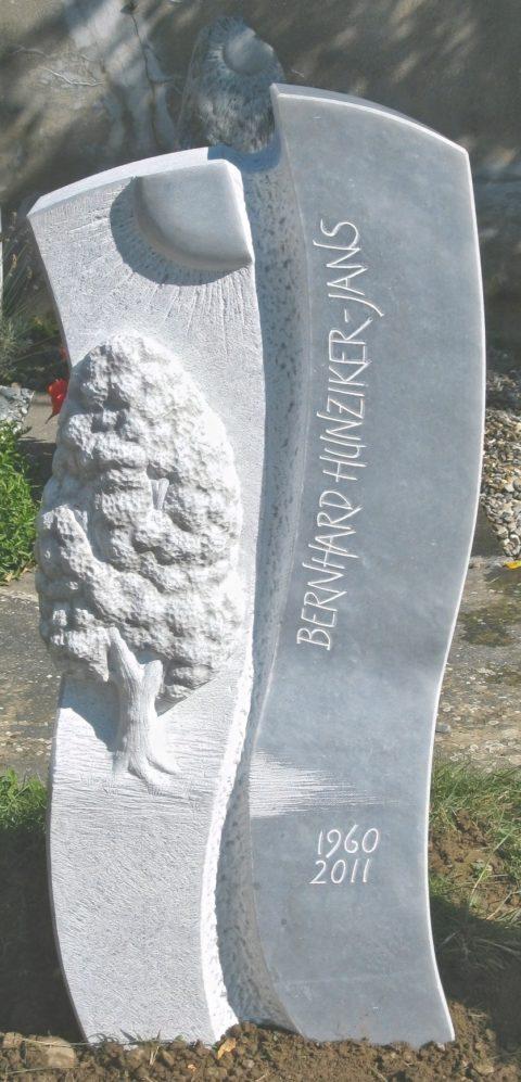 Geschwungener Grabstein mit Baum-und Sonnenrelief