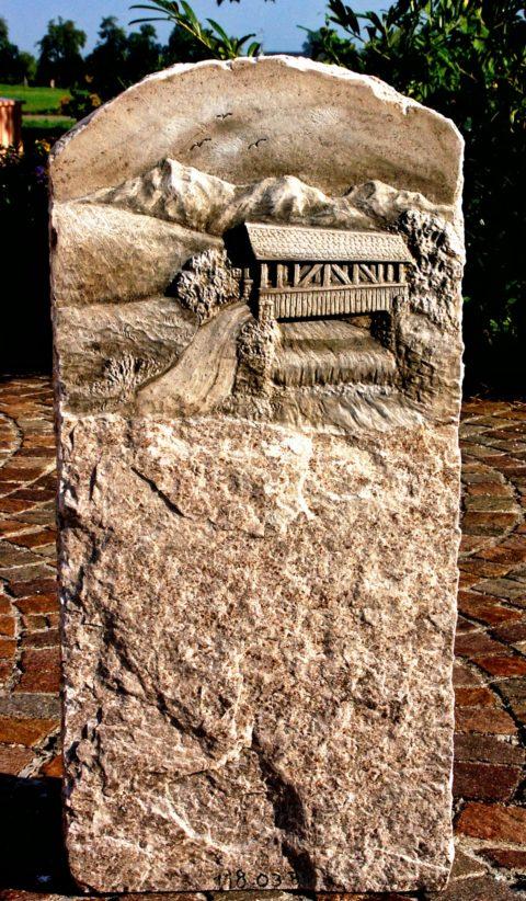 Grabstein mit Relief einer Holzbrücke, Fluss und Landschaft aus Marmor