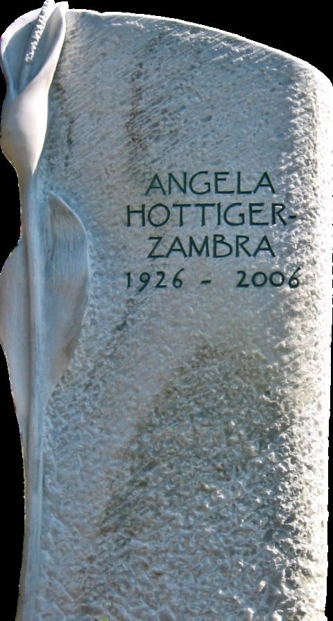 gespitzter Crevola Grabstein mit einer Calla als Relief