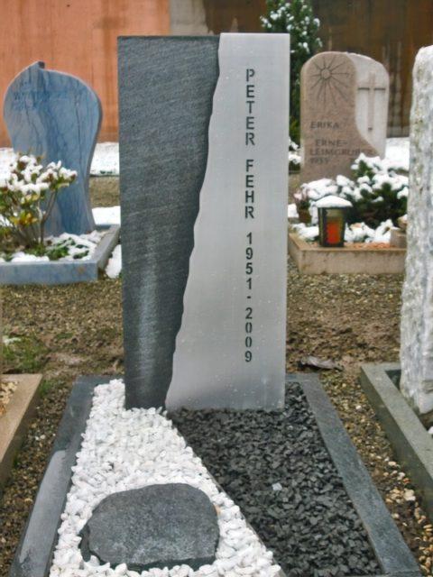 Grabstein aus Onsernone Gneis mit in Edelstahl ausgestanzter Schrift