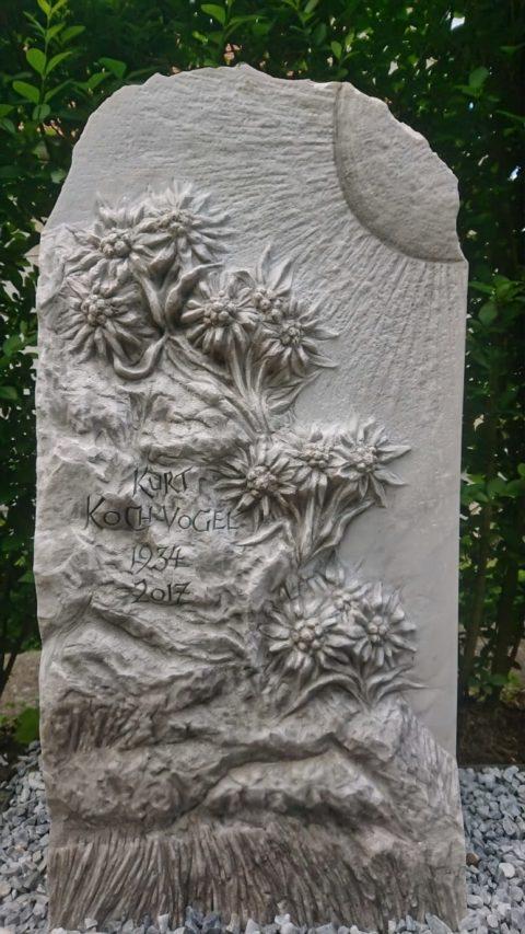 Grabstein aus Crevola Marmormit Edelweiss als Relief