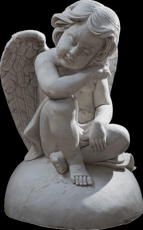 Skulptur eines Engels, sitzend auf einem Steinherz. Gehauen von Hand in weissem Marmor.