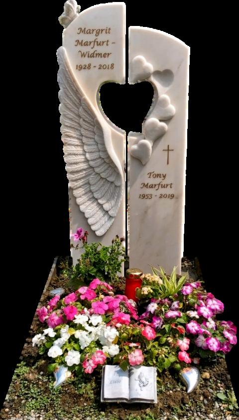Zweiteiliger Grabstein aus Crevola Marmor. In der linken Hälfte ein Relief eines Engelsflügels und ein vollplastischer Schmetterling. Die rechte Hälfte ziert ein graviertes Kreuz und fünf Herzen.