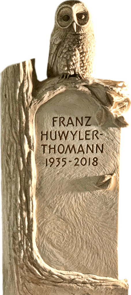 Grabstein aus weissem Palissandro Marmor mit einem Baum und einer detaillierten, vollplastischen Eule