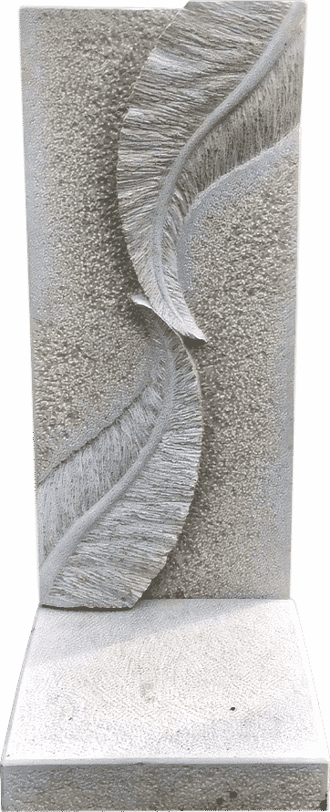 Grabstein aus Kalkstein mit zwei aufeinander zulaufenden Federn als Relief
