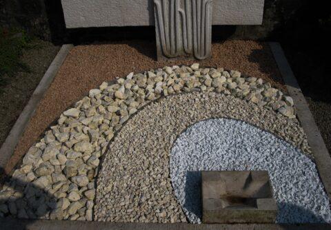 Grabgestaltung mit Kies, Splitt und Bruchsteinen in Brauntönen