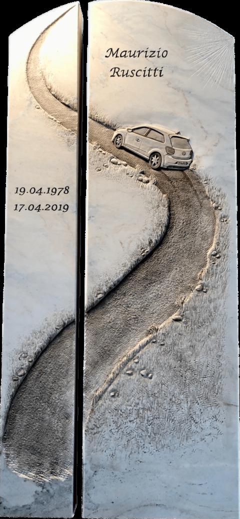 Zweiteiliger Grabstein aus Crevola Palissandro Marmor mit einer Landstrasse und einem detailgetreuen Relief eines VW Golfs