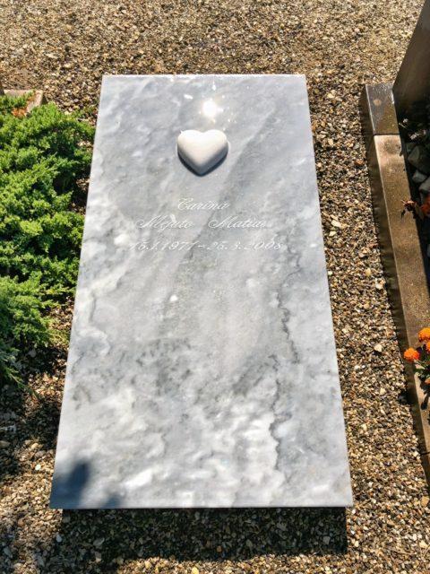 Grabplatte aus Kaplan Marmor mit Steinherz