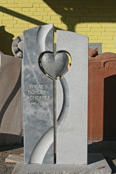 Moderner, Zweiteiliger Grabstein aus Kaplan Marmor mit einer Hohlkehle und einem alufarbig patinierten Herz im Durchbruch