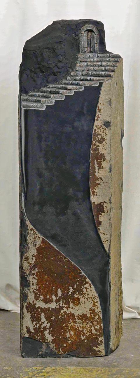 Grabstein aus einer Basaltsäule mit Himmelstreppe und Himmelstor
