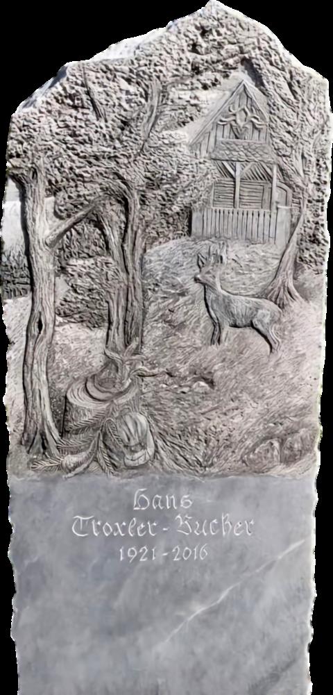 Grabstein aus Kaplan Marmor mit einer Jagdszene im Wald als Relief mit einem Reh, Jagdausrüstung und Jägerhütte.