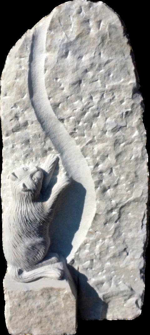 Grabstein aus Crevola Marmor mit einer Hohlkehle und einer als Skulptur ausgearbeiteten Katze