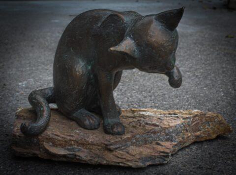 Gartenskulptur aus Bronze in Form eines Kätzchens