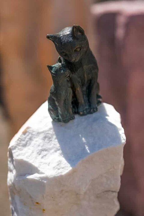 Garten Skulptur aus Bronze in Form einer Katzenmutter mit ihrem Jungen