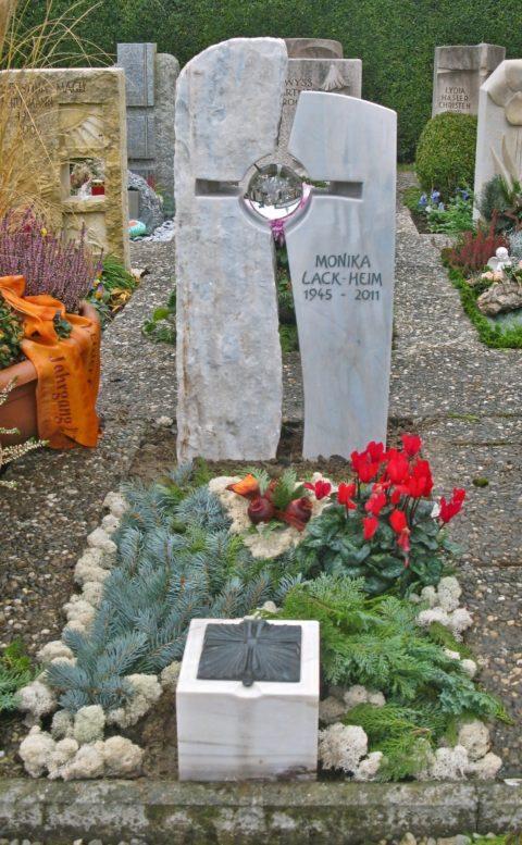 zweiteiliger Grabstein aus Crevola Bluette Marmor mit einem kreuzförmigen Durchbruch und einer Glaskugel