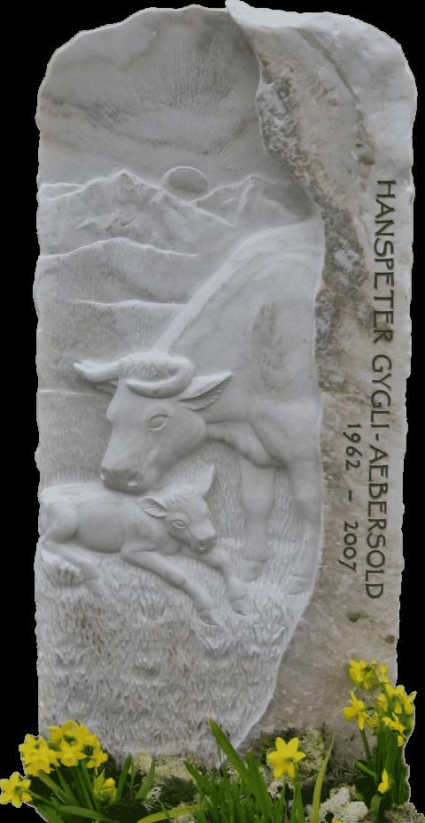 Grabstein aus Crevola Marmor mit einer Kuhweide, Bergen, Mutterkuh und Kalb