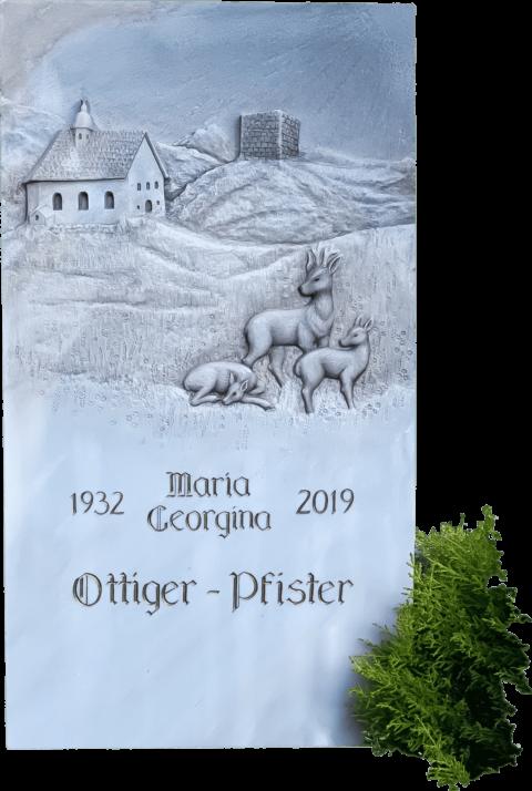 Grabstein aus Crevola Palissandro Marmor mit einem Relief einer Kapelle, Berglandschaft und drei Rehen.