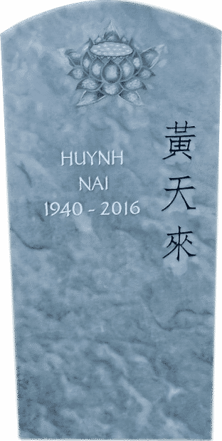 Grabstein mit chinesischen Schriftzeichen und einer Lotusblume als Flachrelief aus Kaplan Marmor