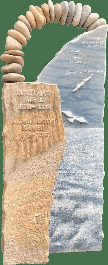 Grabstein mit Steinbogen, Strand, Meer, Klippe und Möwen. Kombination aus Azul Macauba und Rainbow Sandstein.