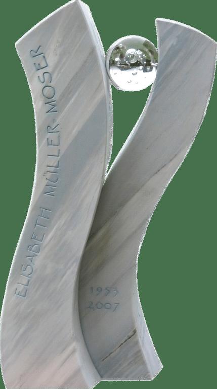 moderner, geschwungener Grabstein aus Crevola Bluette Marmor mit einer Glaskugel