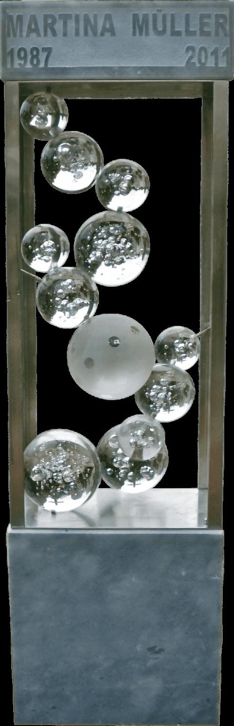 Modernes Grabmal aus Kaplan Marmor mit einem Aluminiumrahmen und freischwebenden Kugeln