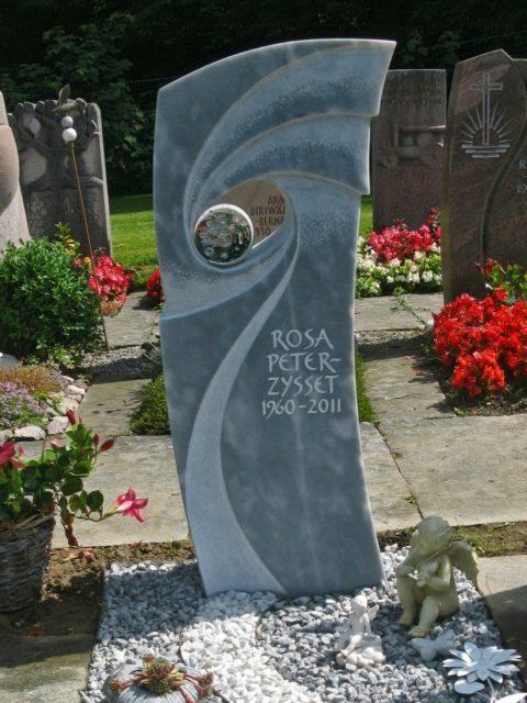 Moderner Grabstein mit bearbeiteten Schwüngen und Glaskugel aus Kaplan Marmor
