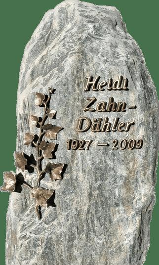 Naturbelassener Serpentin mit Bronzeschrift und einer bronzenen Efeuranke