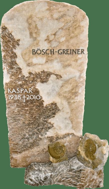 naturbelassener Grabstein aus Crevola Krustenmarmor mit Ammoniten Fossilien als Grabschmuck