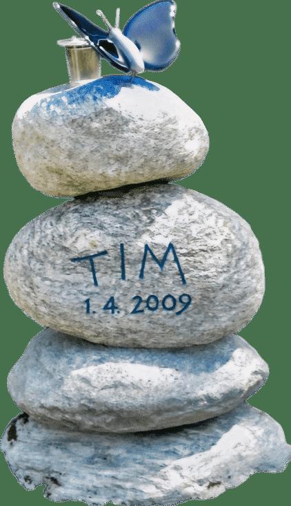 Steinturm aus Gneis Bollensteinen und Schmetterling aus Glas als Grabstein