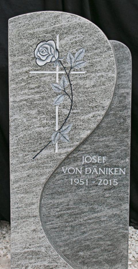 Klassischer Grabstein aus Onsernone Gneis mit einer Gravur eines Kreuzes und einer Rose