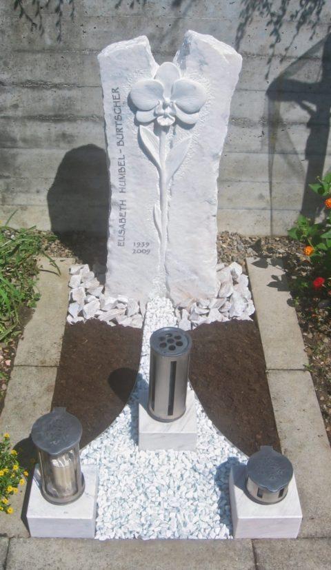 Grabstein aus hellem Kaplan Marmor mittig eine Orchidee als Relief
