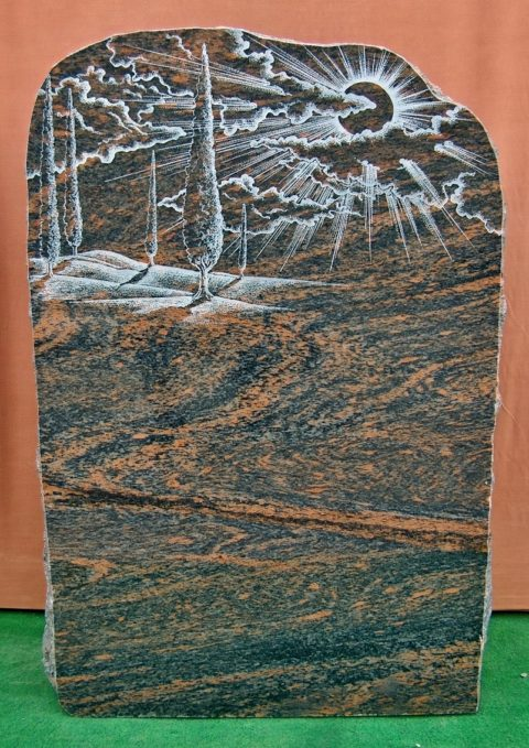 Grabstein aus Multicolor mit einer Radierung einer Baumallee, den Wolken und der Sonne