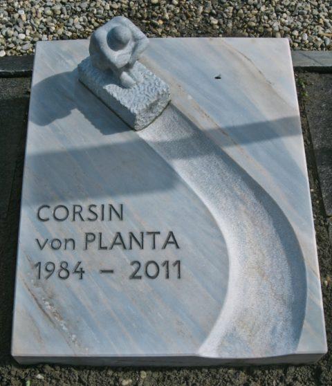 Grabplatte aus Kaplan Marmor mit einem stilisierten Rodler