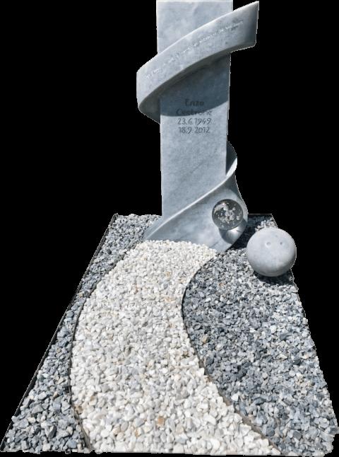 Moderner Grabstein aus Kaplan Marmor mit geschwungener Bahn rund um eine Stele und Glaskugel