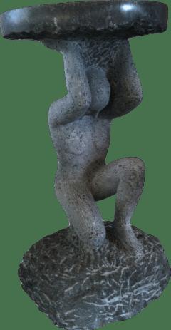 Skulptur aus Naturstein: Bistrotisch, gehalten von einem Atlanten