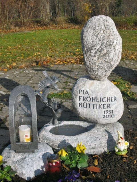 Grabstein aus Gneis Bollensteinen als Steinturm und Vogelbecken ausgebildet mit Vögel aus Aluminium