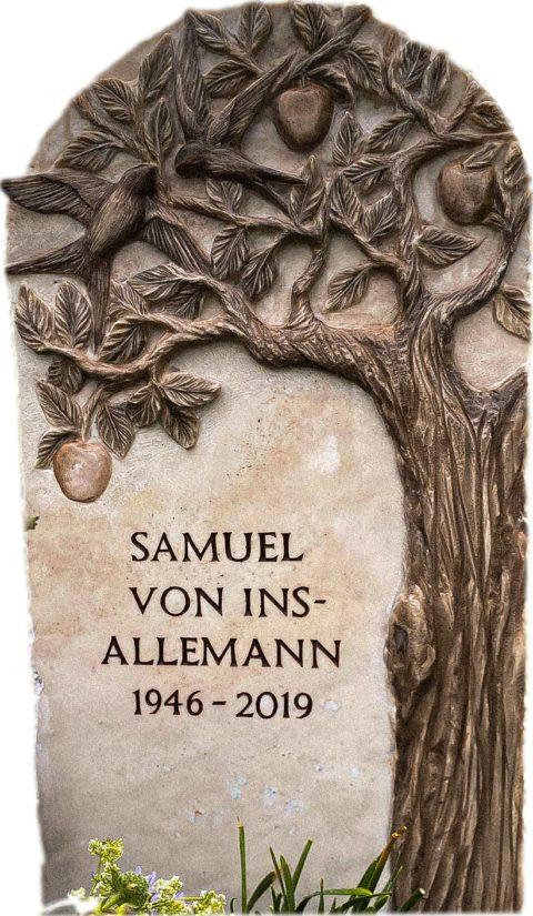 Klassischer Grabstein aus Estremoz Quarzit mit einem Relief eines Apfelbaums und einer Schwalbe